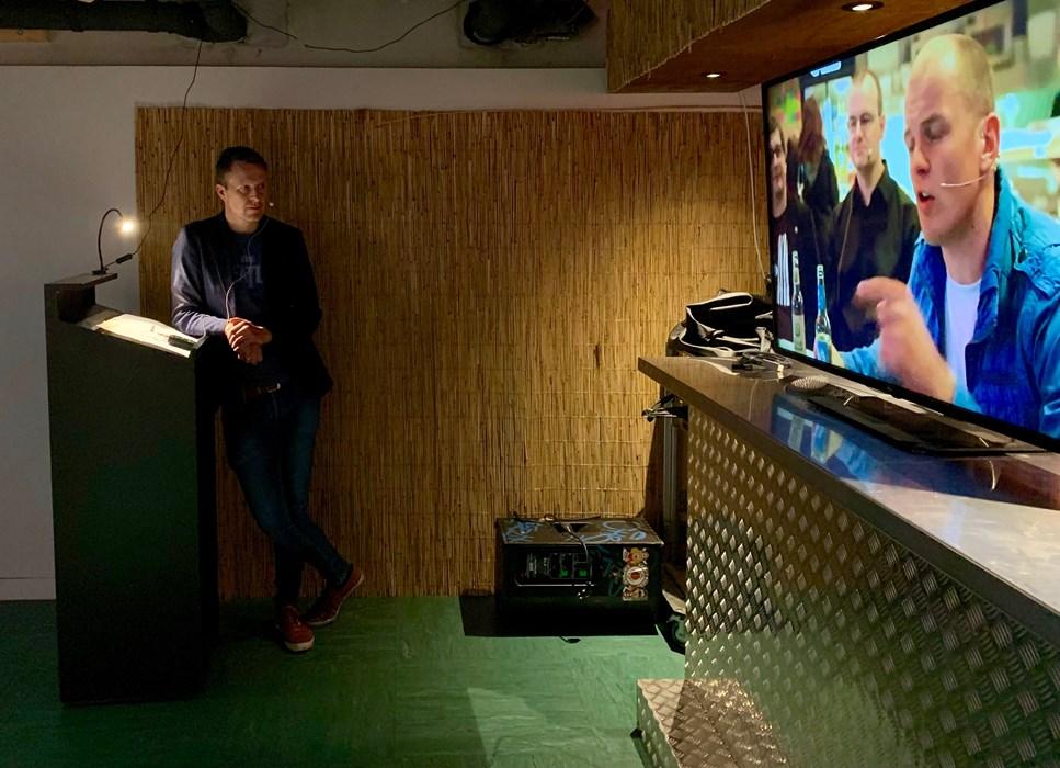 """Erinnerung an heiße Museums-Diskussionen: Michael Pahl zeigte auf der Bühne des """"Alten Clubheims"""" Ausschnitte aus einer """"Pommes braun-weiß""""-Sendung von 2012."""