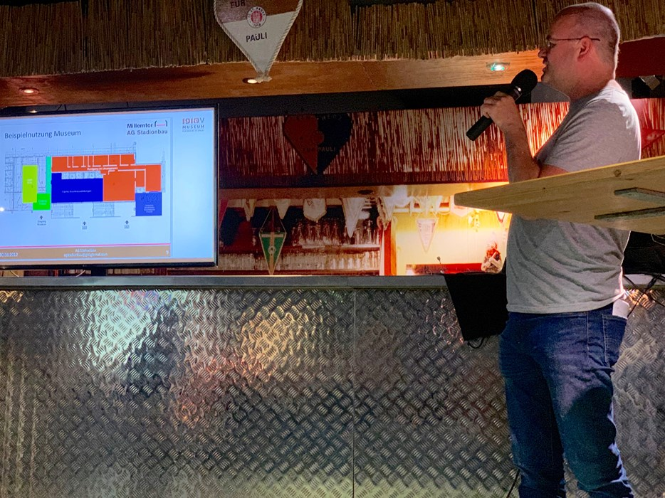 Die allererste Folie: Mit diesem Powerpoint-Slide, hier präsentiert von Sönke Goldbeck, informierte die AG Stadionbau u.a. den damaligen Innensenator über die Museumsplanungen.