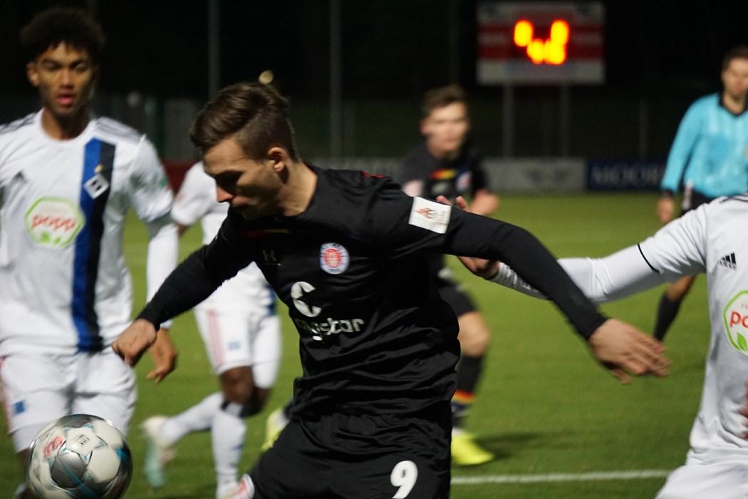 Am Ende stand es 1:1-Unentschieden im Hinspiel: Robin Meißner umzingelt von drei HSV-Spielern.