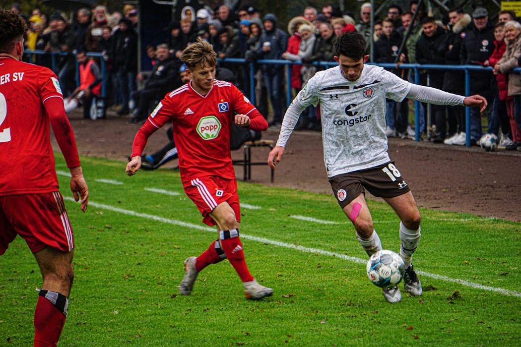 Leon Flach (r.) im letztjährigen U19-Derby. Damaliger Cheftrainer: Timo Schultz.