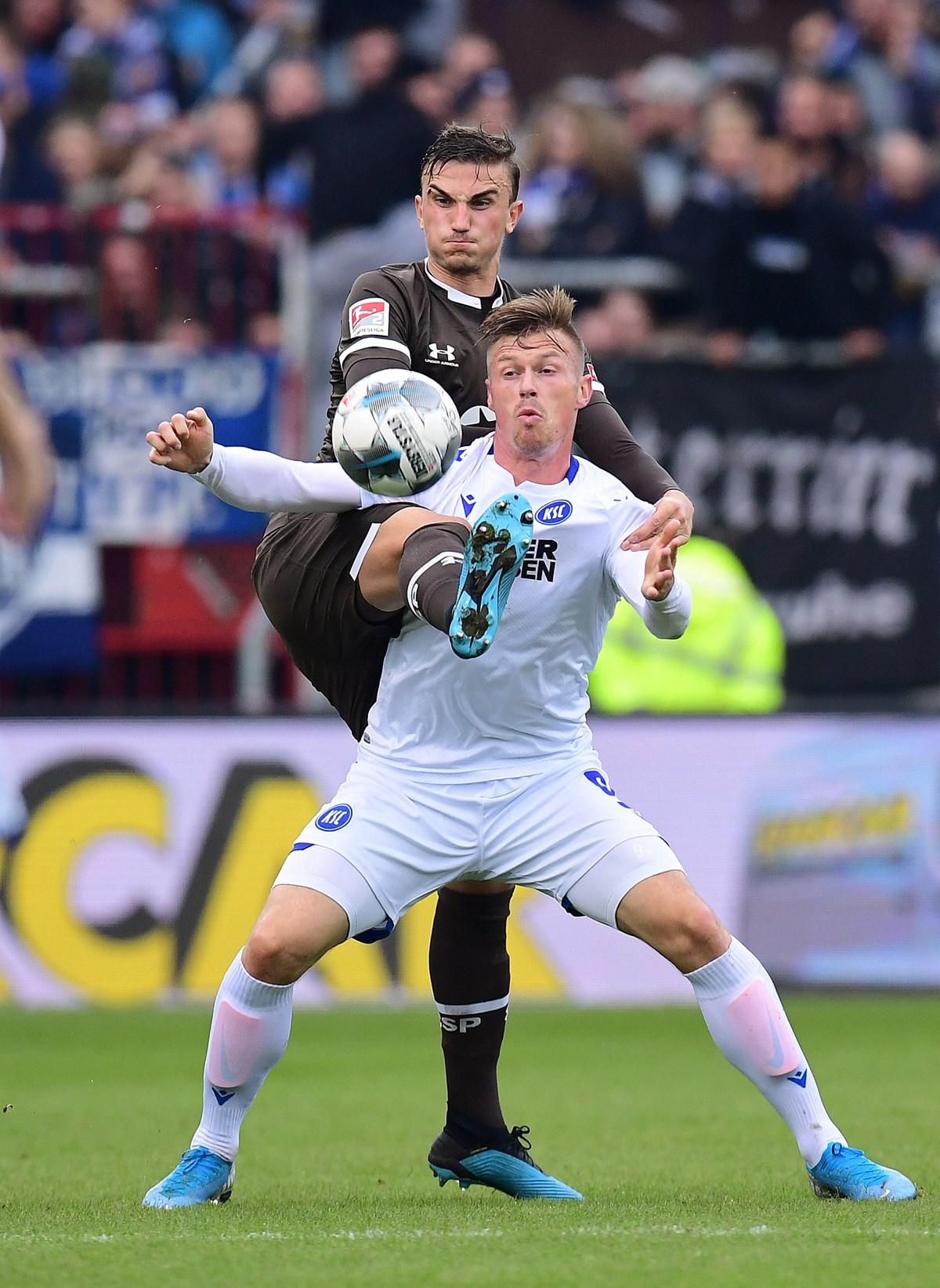 Etwas unerwartet feierte Philipp Ziereis (hier im Duell mit Marvin Pourie) im Heimspiel gegen den KSC sein Comeback in Liga zwei.
