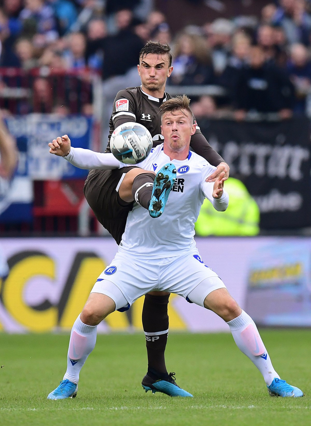 Somewhat unexpectedly, Philipp Ziereis (seen here challenging for the ball with Marvin Pourié) celebrated his return to league action at home against KSC.