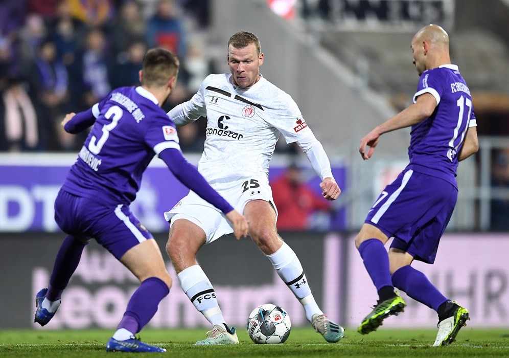 Henk Veerman under challenge from Aue's Marko Mihojevic (left) and Philipp Riese (right) on his return to the starting lineup.