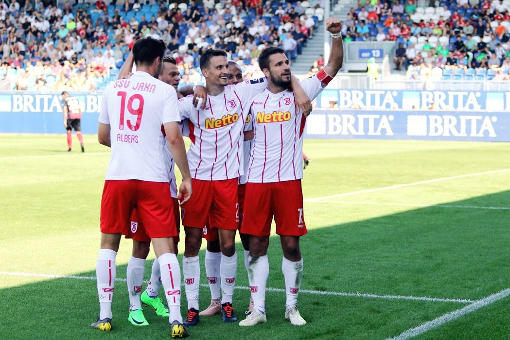 Die Regensburger um Kapitän Marco Grüttner (re.) bejubeln den 5:0-Sieg beim SV Wehen Wiesbaden, Grüttner steuerte Ende August gleich drei Treffer zum höchsten Saisonsieg bei.