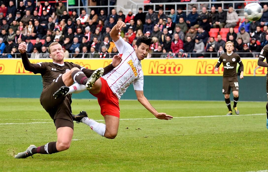 Henk Veerman setzt sich in Minute 22 gegen Gegenspieler Marcel Correia durch, trifft aber nur die Latte.