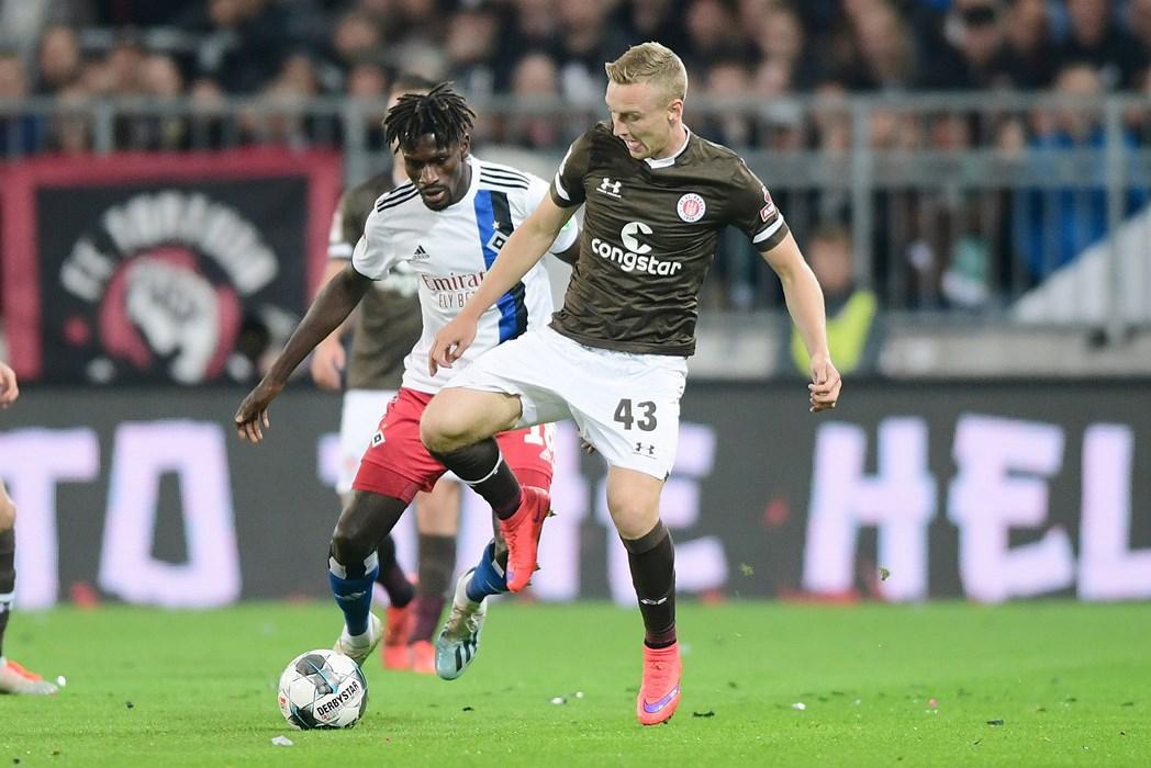 """Im Derby gegen die """"Rothosen"""" feierte Sebastian Ohlsson (hier im Duell mit Bakery Jatta) sein Pflichtspieldebüt für unseren FCSP. Den 2:0-Derbysieg bezeichnete Ohlssons als sein Highlight in der Hinrunde."""