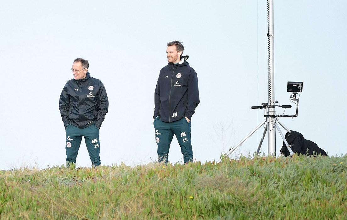 Hans Schrijver und Jannik Niden haben im Trainingslager in Spanien alles im Blick.