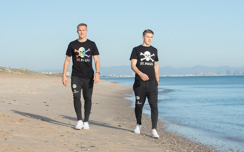 Viktor Gyökeres und Leo Østigård beim Strandspaziergang.