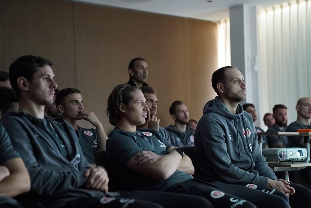 Cheftrainer Jos Luhukay und die Kiezkicker bei der Videoanalyse.