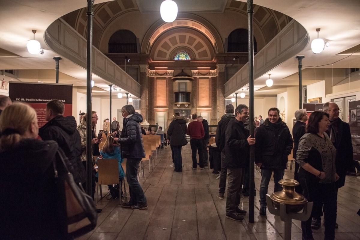 Schon vor Beginn des Programms war der Kirchensaal gut gefüllt.