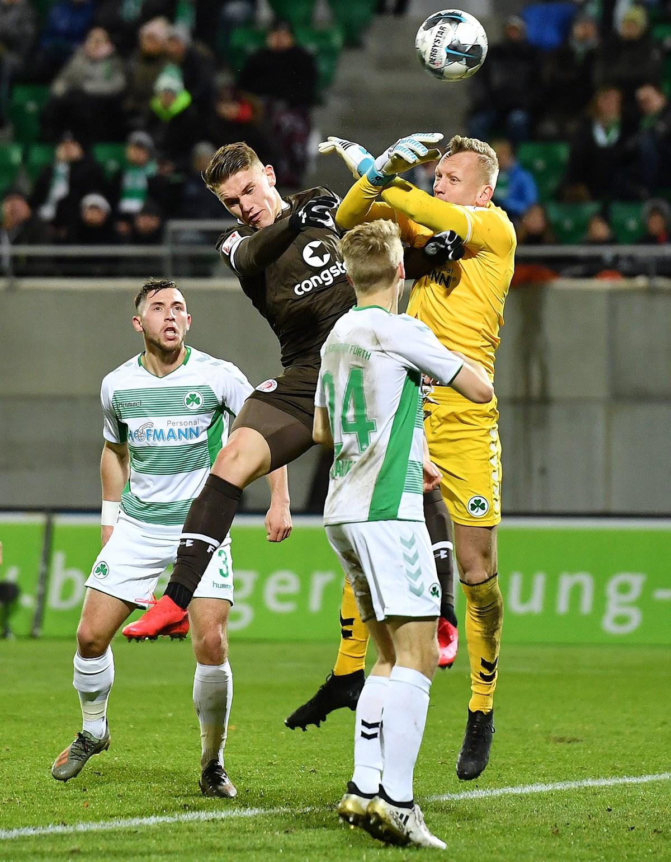 Viktor Gyökeres erzielt das vermeintliche 0:1, wird aber wegen Stürmerfouls zurückgepfiffen (34.).
