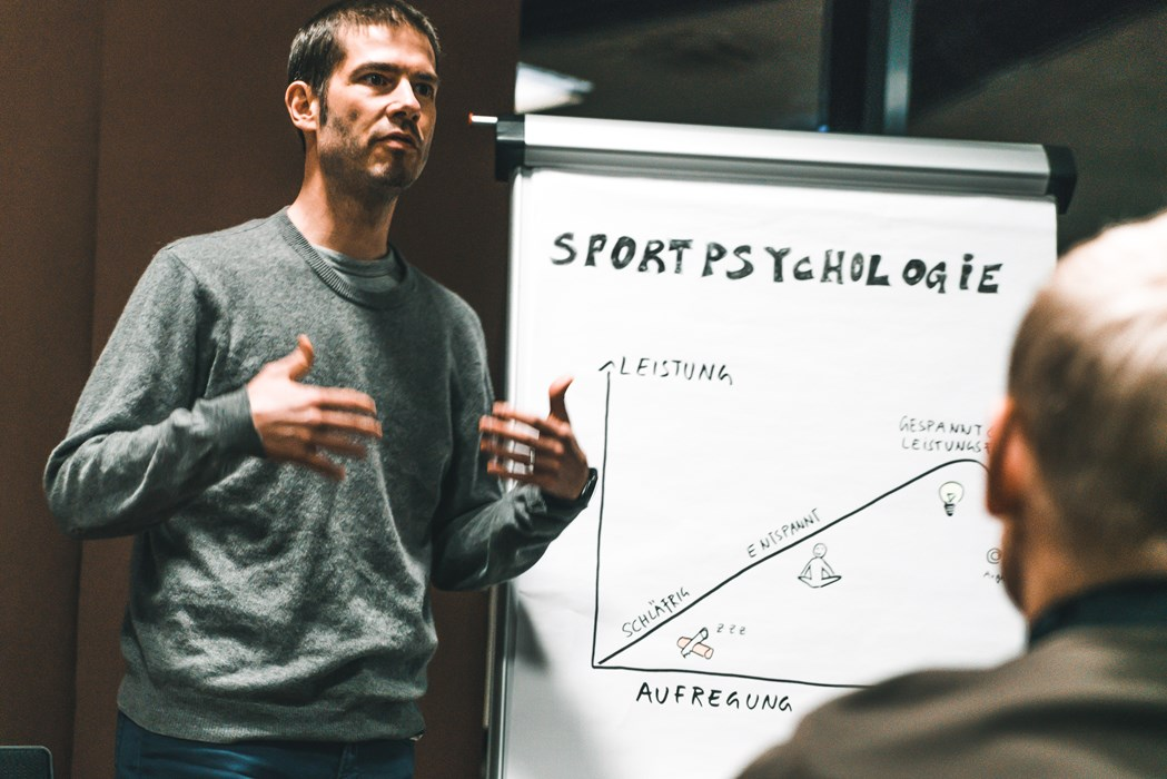 """Der sportpsychologische Leiter des NLZs Michael Schirmer: """"Grundsätzlich gilt es, den Jungs Werkzeug an die Hand zu geben, damit sie den mentalen Anforderungen des Wettkampfs gewachsen sind """"und ihr volles Leistungspotential entfalten können."""""""