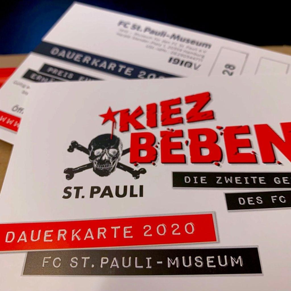 Lohnt sich: Die KIEZBEBEN-Dauerkarte gibt es für 20 (Standard) oder 30 Euro (Soli) – und sie gilt bis 31.12.2020, inklusive aller Veranstaltungen!