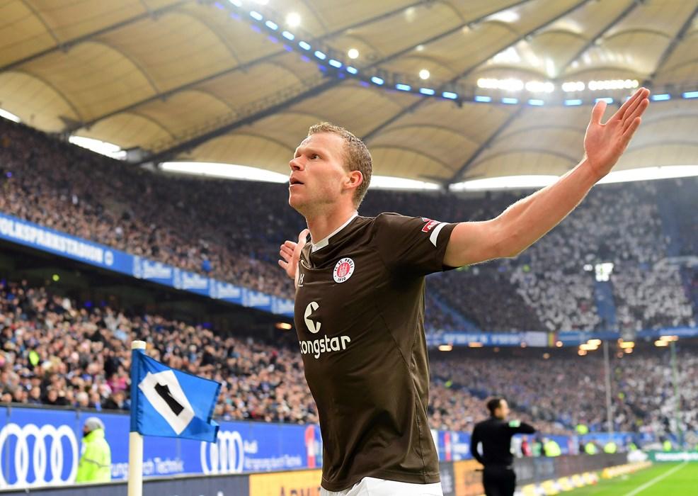 Henk Veerman lässt sich nach seinem Treffer vor den FCSP-Fans feiern.