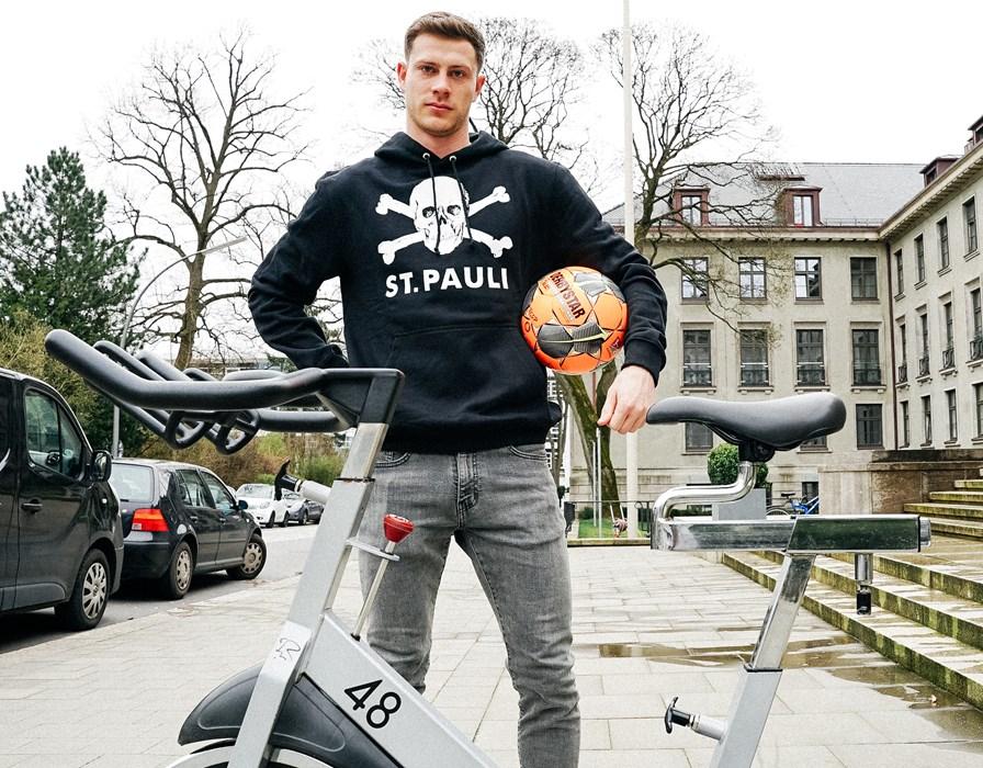 Mit Bike und Ball: James Lawrence ist ausgestattet.