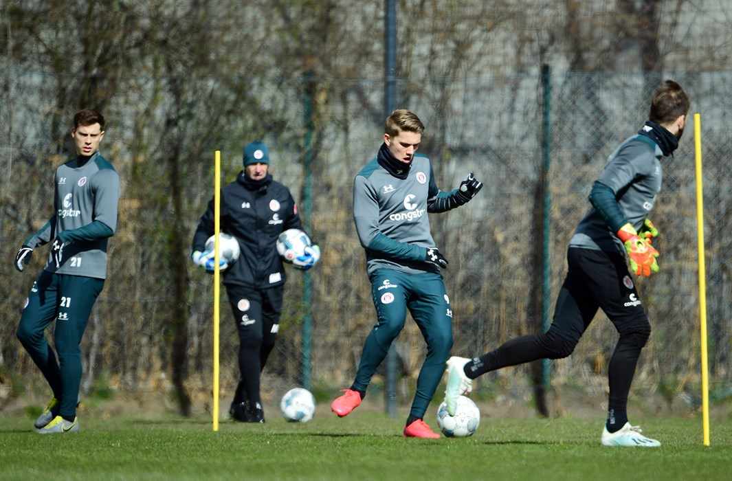 James Lawrence (li.) beim Kleingruppen-Training mit Torwarttrainer Mathias Hain (2.v.li.), Viktor Gyökeres (2.v.re.) und Robin Himmelmann (re.).