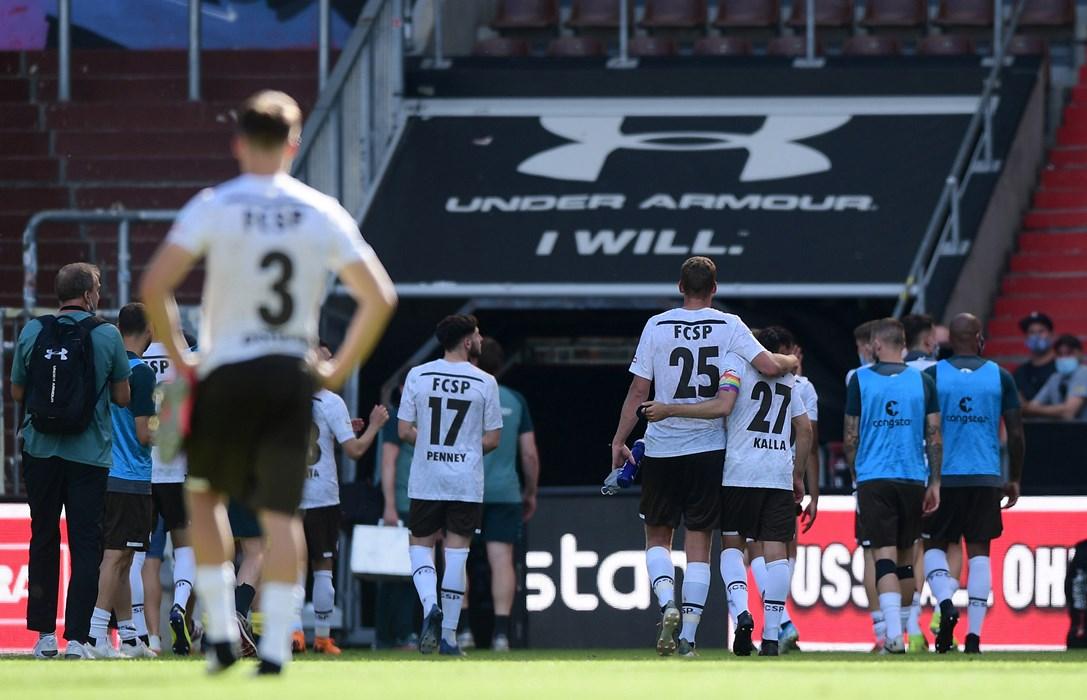 Nach dem Heimspiel gegen Regensburg verlässt Schnecke den Millerntor-Rasen ein letztes Mal - Arm in Arm mit Henk Veerman.