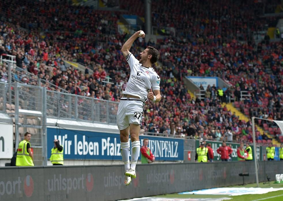 Mit perfekten Haltungsnoten: Jan-Philipp Kalla bejubelt seinen Treffer auf dem Betzenberg am 9. Mai 2015.