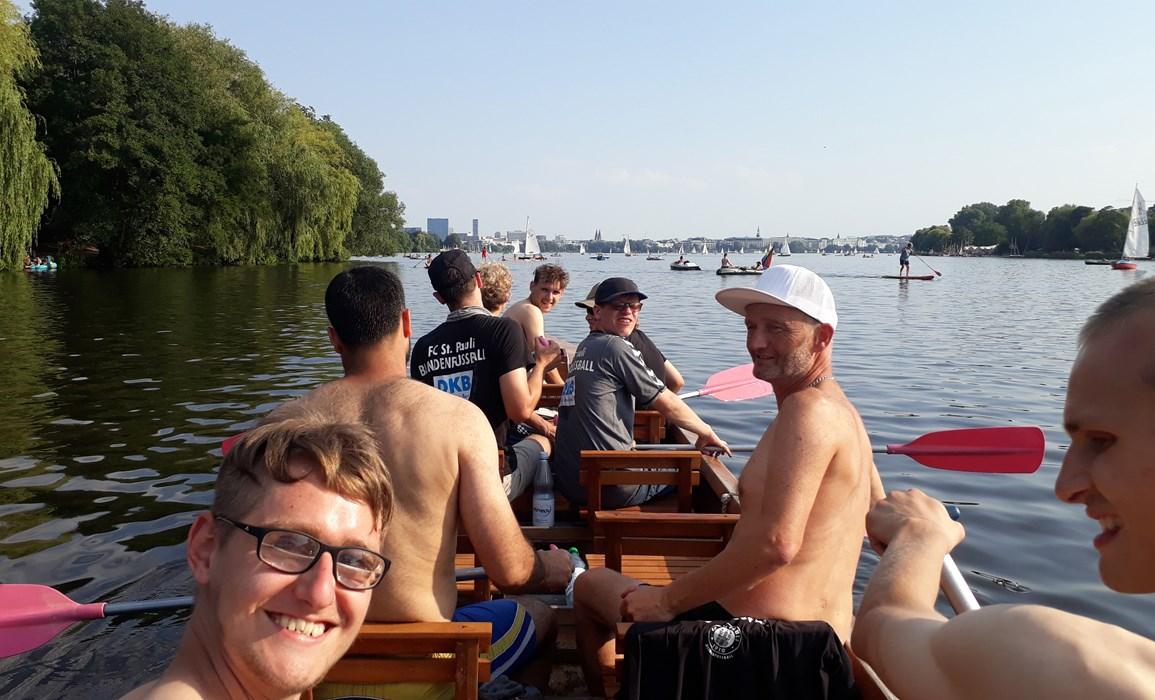 Das Team von Trainer Wolf Schmidt (weiße Kappe) beim Teambuilding im Drachenboot auf der Alster.