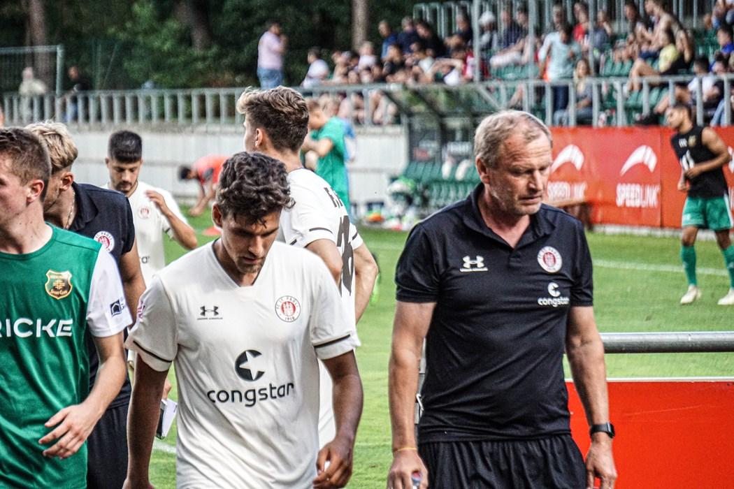 Cheftrainer Joachim Philipkowski (r.) mit Kapitän Cemal Sezer (m.) beim Testspiel in Heeslingen.