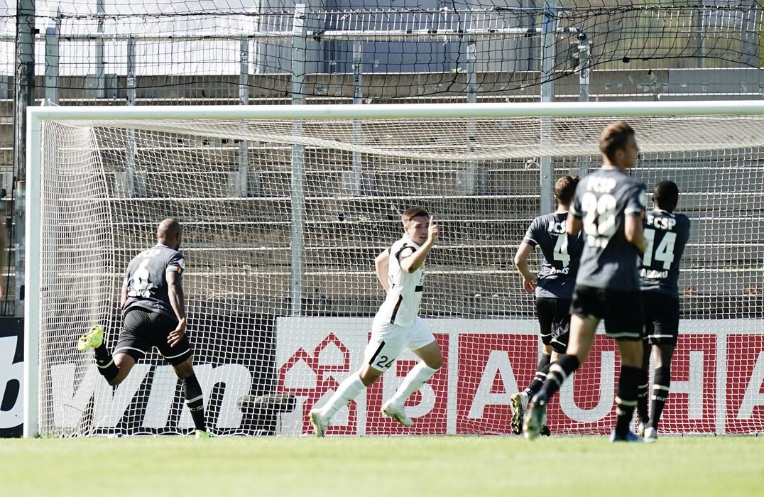 Luca Schnellbacher bestraft die Kiezkicker für den vorangegangenen Fehler im Spielaufbau und trifft zum Ausgleich.
