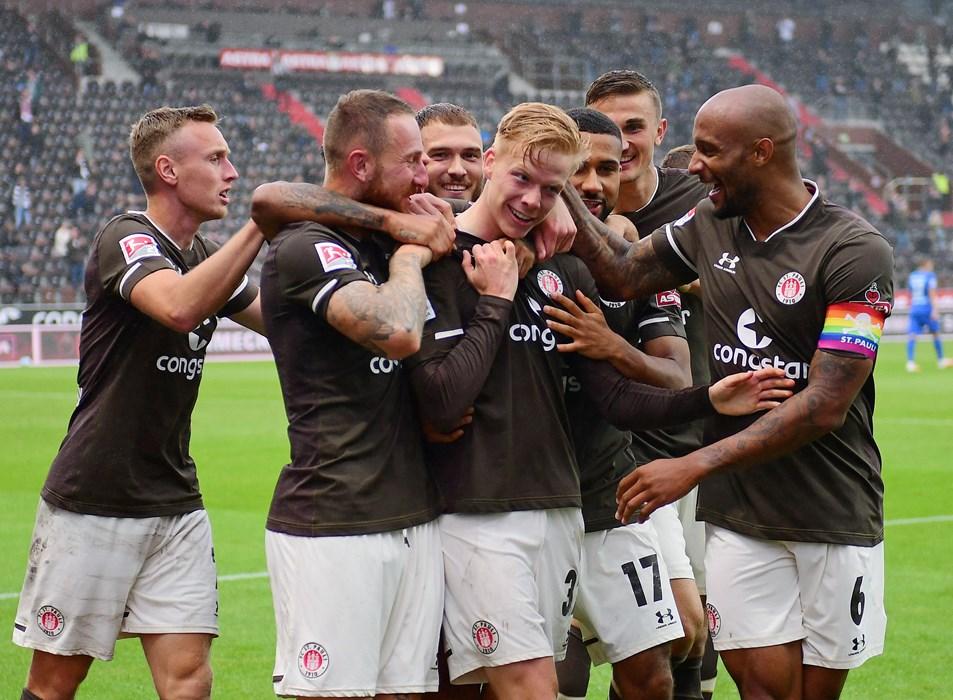 Ein Moment für die Ewigkeit: Jannes Wieckhoff wird nach seinem ersten Profi-Tor von seinen Teamkollegen beglückwünscht.
