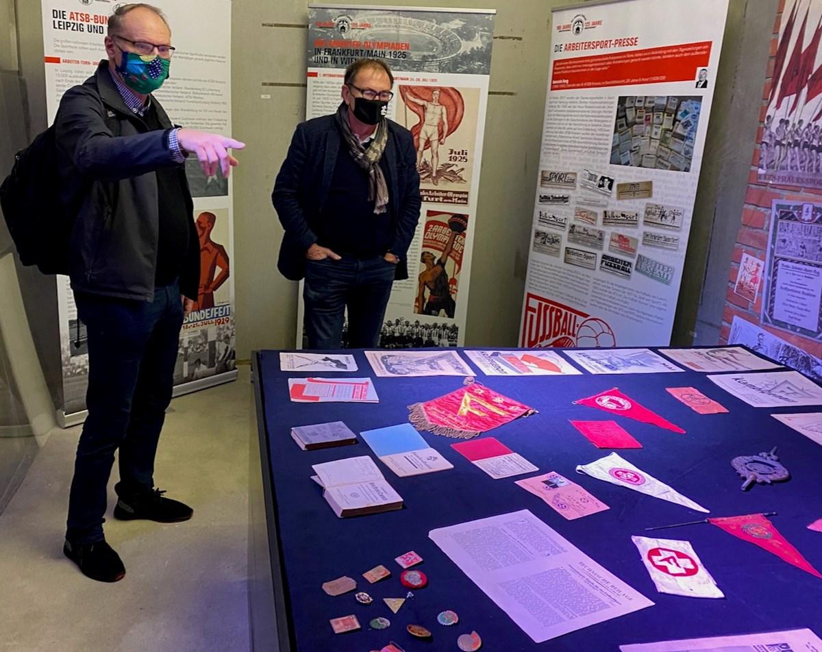 Bei dem Vorab-Besuch zeigte sich Ewald Lienen (hier mit dem Arbeiterfußball-Experten Heinrich Nahr) beeindruckt von der neuen Sonderausstellung mit vielen Original-Objekten.