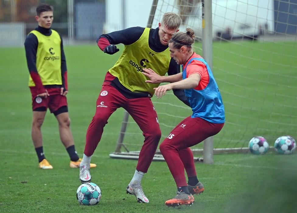 Viele Zweikämpfe gab es in der Länderspielpause an der Kollaustraße, hier duellieren sich Simon Makienok (li.) und Daniel Buballa (re.).